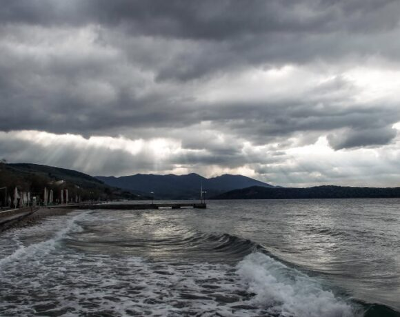 Καιρός: Ισχυρές βροχές σε ολόκληρη τη χώρα την Παρασκευή