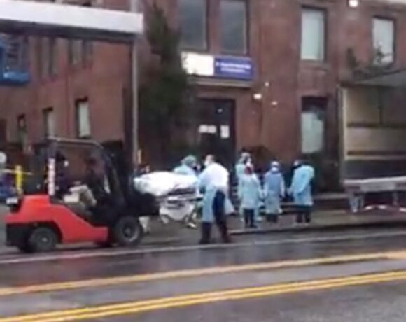 Κοροναϊός : Βίντεο που κόβει την ανάσα – Φορτώνουν σορούς σε φορτηγά ψυγεία στη Νέα Υόρκη