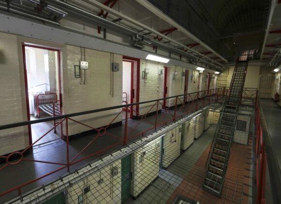 Κοροναϊός : Πρώτος θάνατος κρατουμένου σε φυλακή της Βρετανίας