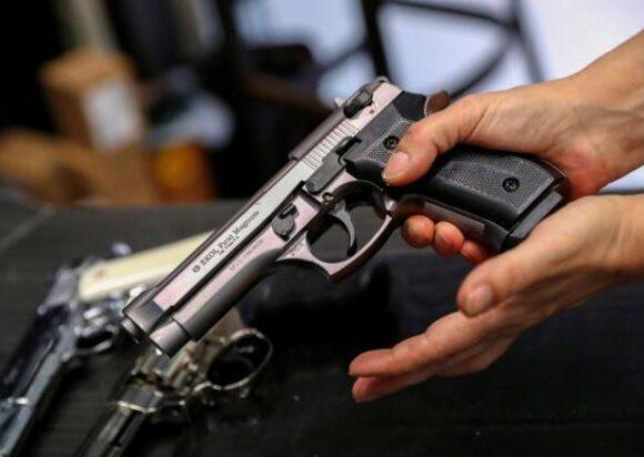 Κοροναϊός: Στα χνάρια των ΗΠΑ οι Ούγγροι – Τρέχουν να… αγοράσουν όπλα