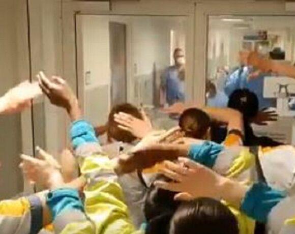 Συγκινητικές στιγμές σε νοσοκομείο της Βρετανίας: Νοσηλευτές τραγουδούν «You'll never walk alone» στους γιατρούς