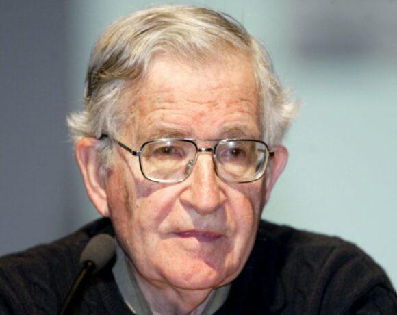 Τι λέει για τον κοροναϊό ο Νόαμ Τσόμσκι: «Πυρά» κατά Τραμπ – Ύμνοι για Κούβα