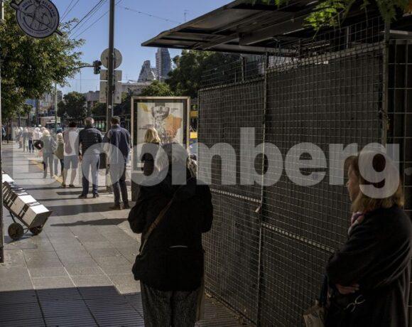 Αργεντινή: Ουρές στις τράπεζες από συνταξιούχους που «έσπασαν» την καραντίνα