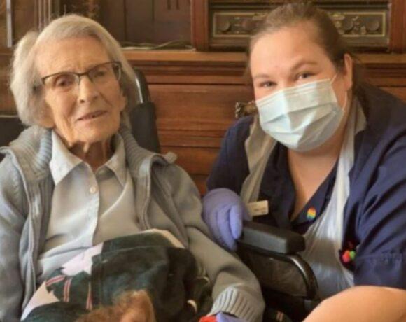 Βρετανία : Η γηραιότερη ασθενής που νίκησε τον κοροναϊό σε ηλικία 106 ετών