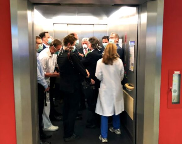 Δάσκαλε που δίδασκες…: Ο γερμανός υπουργός Υγείας σε ασανσέρ μαζί με άλλους 13 πολιτικούς