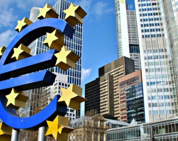 ΕΚΤ: Παρατείνει την επανεξέταση της στρατηγικής νομισματικής πολιτικής της