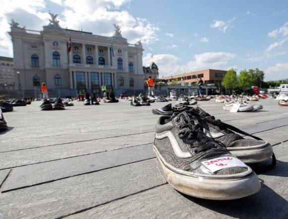 Ελβετία : Εκατοντάδες παπούτσια αντί για διαδηλωτές σε έρημη πλατεία