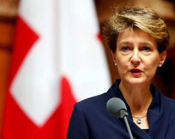 Η Ελβετία ανοίγει σταδιακά επιχειρήσεις και σχολεία – Ξεπέρασαν τους 1