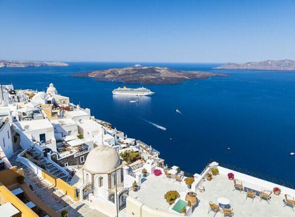 Θεοχάρης στον Guardian: Ο ελληνικός τουρισμός θα ανοίξει με νέους, ειδικούς κανόνες
