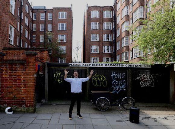 Ιερέας ψέλνει στους δρόμους του Λονδίνου «για να φέρει χαρά» στους κατοίκους
