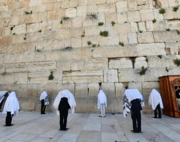 Ιερουσαλήμ : Εβραϊκή ιερατική κάστα προσεύχεται στο Δυτικό Τείχος τηρώντας τις αποστάσεις