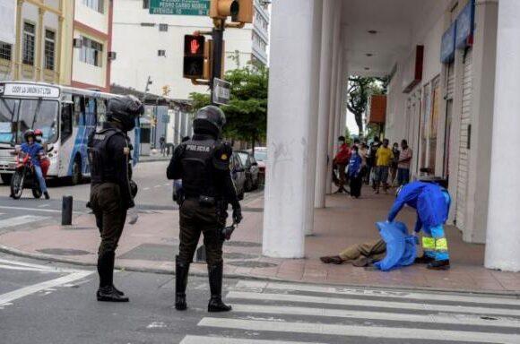 Κοροναϊός : Εφιαλτικές εικόνες στο Εκουαδόρ – Πτώματα παρατημένα στους δρόμους