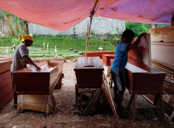 Κοροναϊός : Κρατούμενοι στον Ισημερινό φτιάχνουν φέρετρα