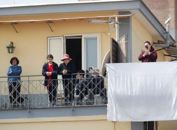 Κοροναϊός : Σε καραντίνα το Σαβιάνο – Κόσμος στο δρόμο στην κηδεία του δημάρχου