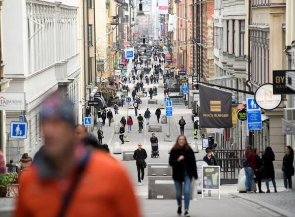 Κοροναϊός -Σουηδία : Υπό αμφισβήτηση η «χαλαρή στάση» – Μέτρα ζητούν ακαδημαϊκοί