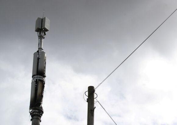 Κοροναϊός : «Τρελή θεωρία συνωμoσίας» και στη Βρετανία – Μαζικές επιθέσεις σε κεραίες 5G
