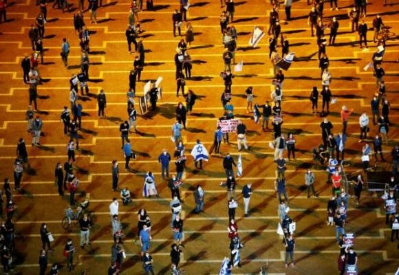 Μαζική διαδήλωση στην εποχή του κοροναϊού με… αποστάσεις και μάσκες