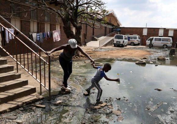 Νότια Αφρική : Χωρίς νερό, τουαλέτες και ηλεκτρικό στις παραγκουπόλεις