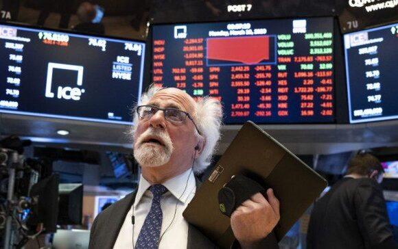 Πάνω από 300 μονάδες έχασε ο Dow Jones