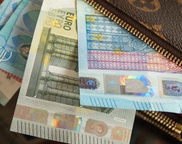 Πότε «διακόπτεται» η αναστολή της σύμβασης και πότε καταβάλλονται τα 800 ευρώ