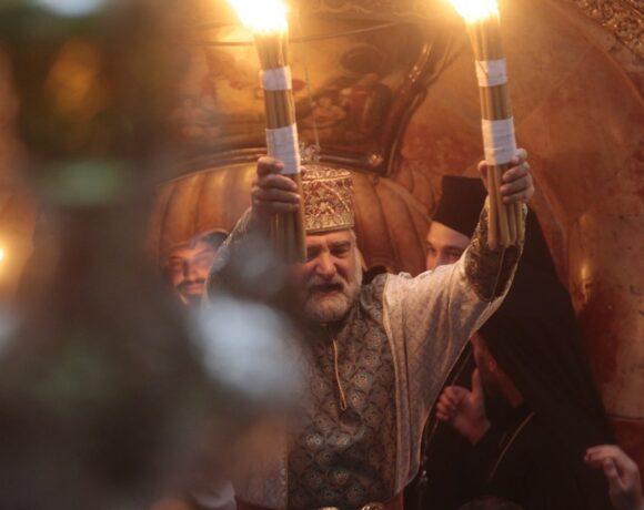 Στις 18:00 το Άγιο Φως στην Αθήνα – Δεν θα διανεμηθεί στους πιστούς