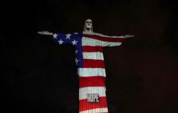 Συγκινητική στιγμή: Το άγαλμα του Ιησού στο Ρίο ντε Τζανέιρο φωτίστηκε με πρόσωπα γιατρών