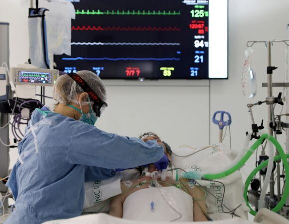 Συγκλονιστικό βίντεο: Γιατροί κάνουν ανάνηψη σε ασθενή με κοροναϊό