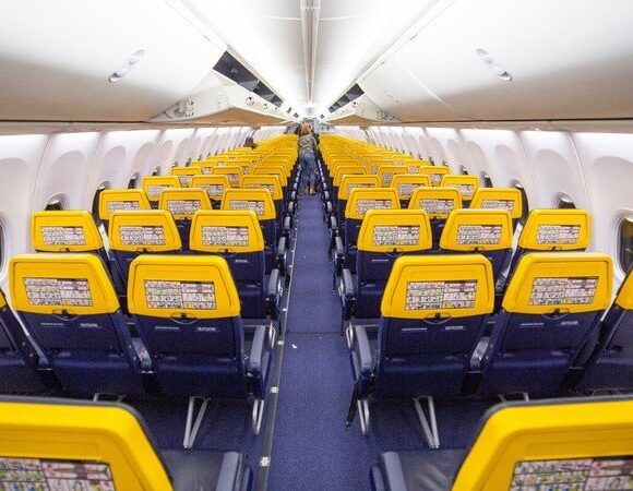 H Ryanair απειλεί πως δε θα ξαναπετάξει αν μένουν κενές οι μεσαίες θέσεις