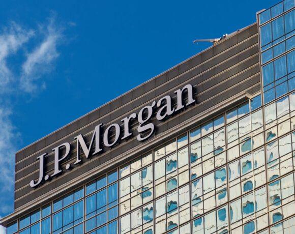 JP Morgan: Μειώνει έως και 57% τις τιμές – στόχους για τις ελληνικές τράπεζες
