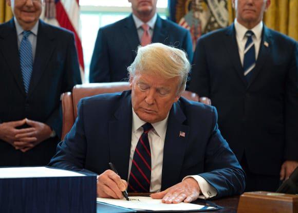 O Τραμπ υπέγραψε νέο πακέτο στήριξης 484 δισ