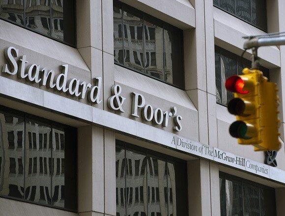 S&P: Υποβαθμίζει σε αρνητικό το outlook για Commerzbank και Deutsche Bank