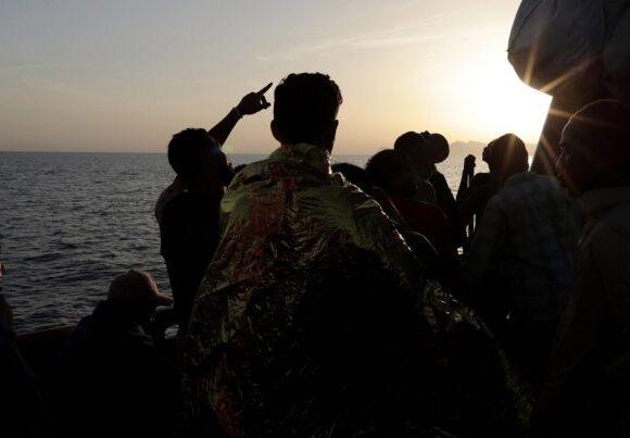 Άγνωστο πλοίο αποβίβασε 400 μετανάστες στη Σικελία