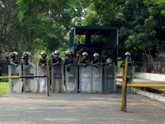 Βενεζουέλα: Βρήκαν βαρύ οπλισμό μέσα σε κολομβιανές στρατιωτικές λέμβους