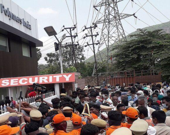 Ινδία: Διαδήλωσαν… με πτώματα ζητώντας το κλείσιμο χημικού εργοστασίου