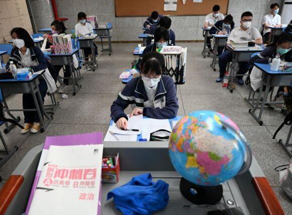 Κίνα: Επιστροφή στα σχολεία με… βραχιολάκι για τους μαθητές – Πώς λειτουργεί