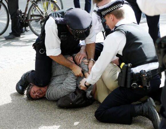 Κοροναϊός: Συλλήψεις στο Λονδίνο σε διαδήλωση κατά των μέτρων αποστασιοποίησης