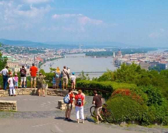 Κορωνοϊός: «Ανοίγει» και η Βουδαπέστη, από Δευτέρα