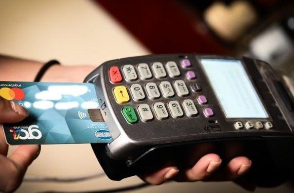Μέχρι τέλη Σεπτεμβρίου η αύξηση του ορίου των ανέπαφων συναλλαγών με κάρτες χωρίς ΡΙΝ
