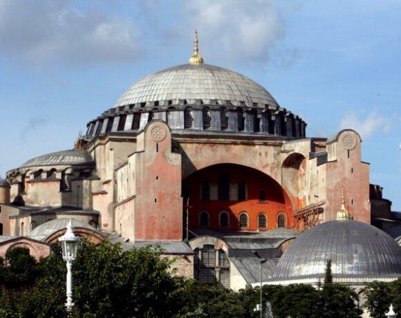 Μενδώνη για τις φιέστες Ερντογάν: Η Αγία Σοφία ανήκει στην ανθρωπότητα
