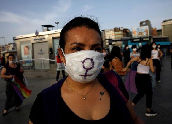 Ο κοροναϊός «θερίζει» τους άντρες, αλλά το lockdown θα αποβεί καταστροφικό για τα δικαιώματα των γυναικών