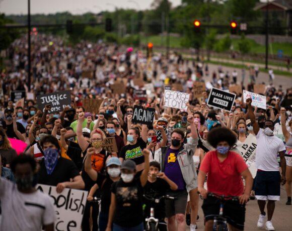 Ο κυβερνήτης της Μινεσότα ενεργοποιεί όλα τα στρατεύματα της Εθνικής Φρουράς καθώς συνεχίζονται οι διαμαρτυρίες