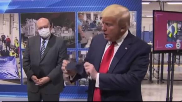 Ο Τραμπ επισκέπτεται την Ford και πετά τη μάσκα μπροστά στους δημοσιογράφους (Βίντεο)