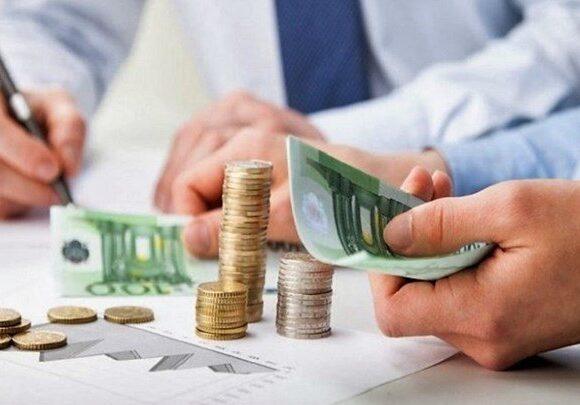 Πόσο φόρο θα πληρώσουν φέτος μισθωτοί, αυτοαπασχολούμενοι και όσοι εισπράττουν ενοίκια