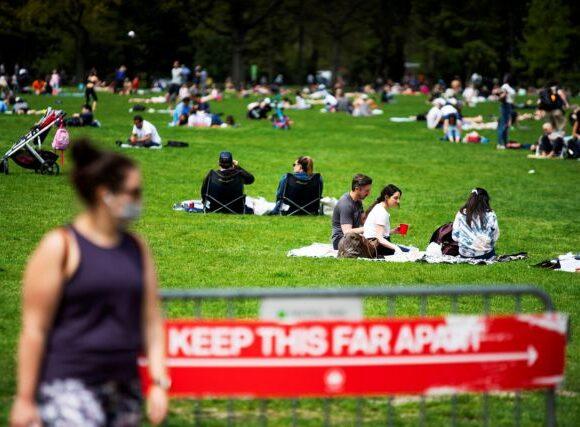 Σε πάρκα και παραλίες οι Αμερικάνοι με σύμμαχο τον ήλιο, ενώ ο κοροναϊος καραδοκεί