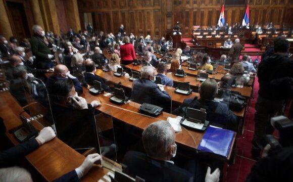Σερβία: Σε μια επεισοδιακή συνεδρίαση η Βουλή ήρε την κατάσταση έκτακτης ανάγκης