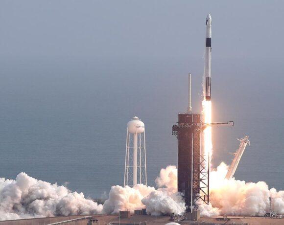 Το απόγευμα στον Διεθνή Αεροπορικό Σταθμό το επανδρωμένο Falcon 9 της Space X – Δείτε live