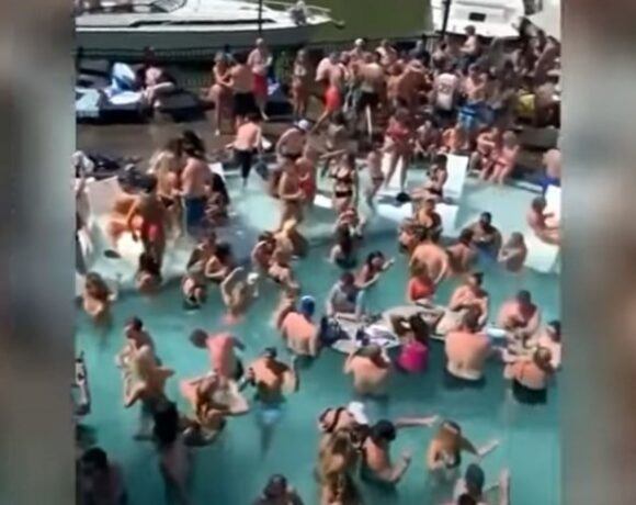 Χαμός, κοκτέιλ και μηδενικές αποστάσεις: Εκατοντάδες άτομα σε πάρτι σε πισίνα στις ΗΠΑ