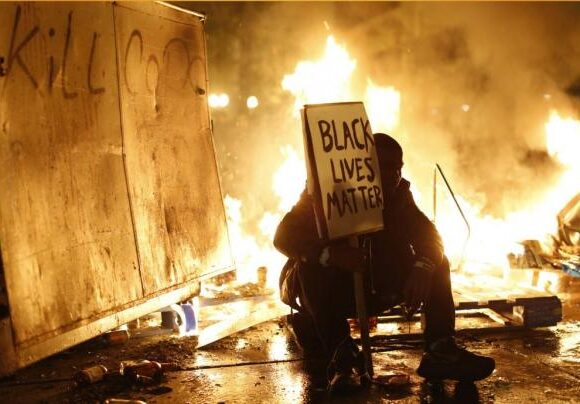 Reuters : Οι υποθέσεις αστυνομικής βίας στις ΗΠΑ σπανίως οδηγούν σε ποινικές κυρώσεις για τους δράστες