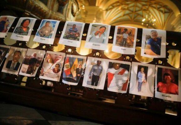 Αρχιεπίσκοπος στο Περού γέμισε το ναό με χιλιάδες φωτογραφίες θυμάτων του κοροναϊού [Εικόνες]