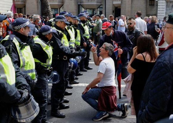 Βρετανία: Έκκληση για αποφυγή των αντιρατσιστικών διαδηλώσεων υπό τον φόβο επεισοδίων με ακροδεξιούς